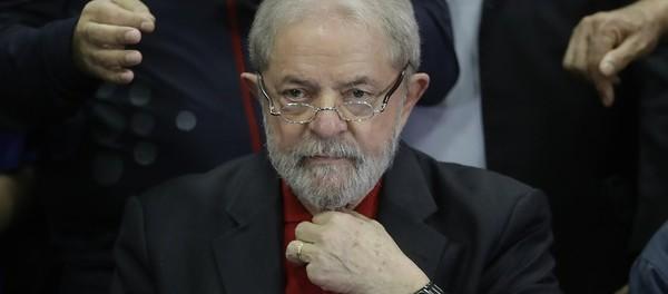 Defesa solicita o desbloqueio de bens de Lula, revertendo decisão do juiz federal Sérgio Moro, que indisponibilizou contas e planos de previdência (Foto: AP Foto/Andre Penner)