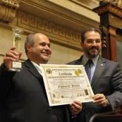 """Sócio-Fundador e CEO da Optimise Latam, Marcio Borlenghi recebe o prêmio """"Melhores do Ano"""", pelas mãos do Exmo.Senador da República, Eduardo Lopes."""
